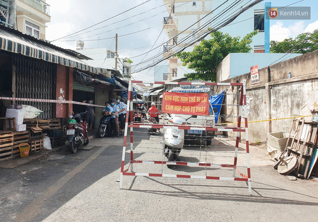 Nhiều tuyến đường ở Sài Gòn được giăng dây, lập hàng rào hạn chế để dẹp chợ tự phát - Ảnh 12.