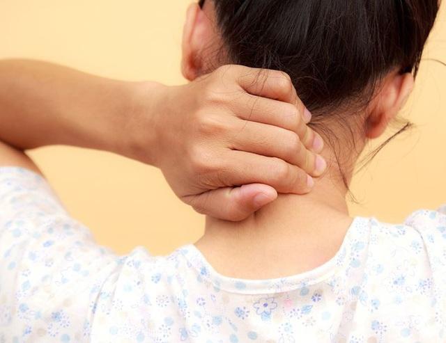 Cảnh giác trước hiện tượng thoái hóa đốt sống cổ ở dân văn phòng, không điều trị kịp thời có thể gây bại liệt  - Ảnh 3.