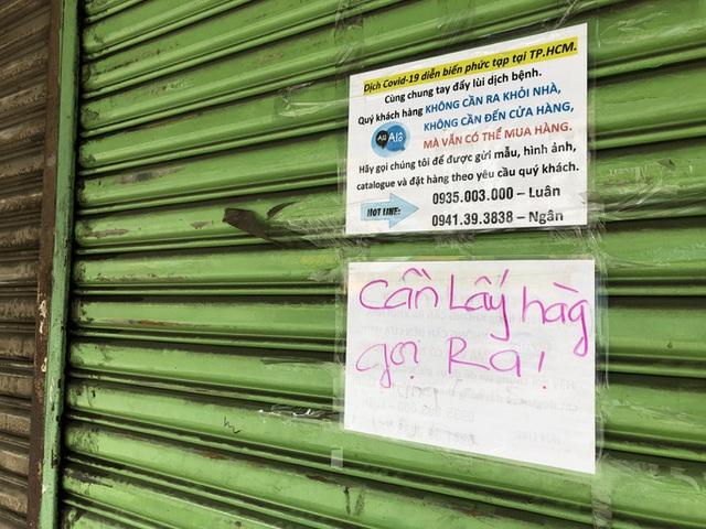 TP HCM: Các sạp chợ bán giày dép, quần áo... đồng loạt đóng cửa để chống dịch - Ảnh 3.