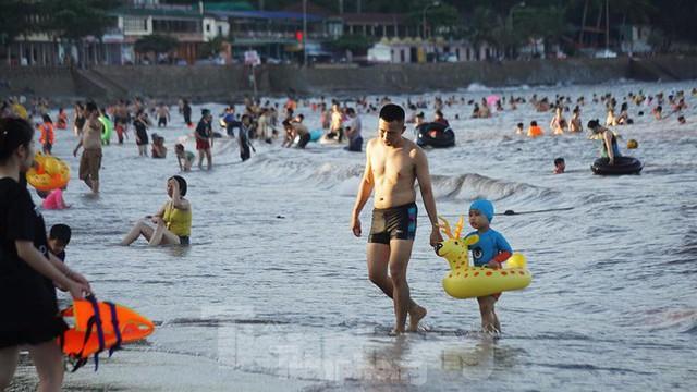 Nắng nóng kéo dài, biển Đồ Sơn chật kín người xuống tắm  - Ảnh 4.