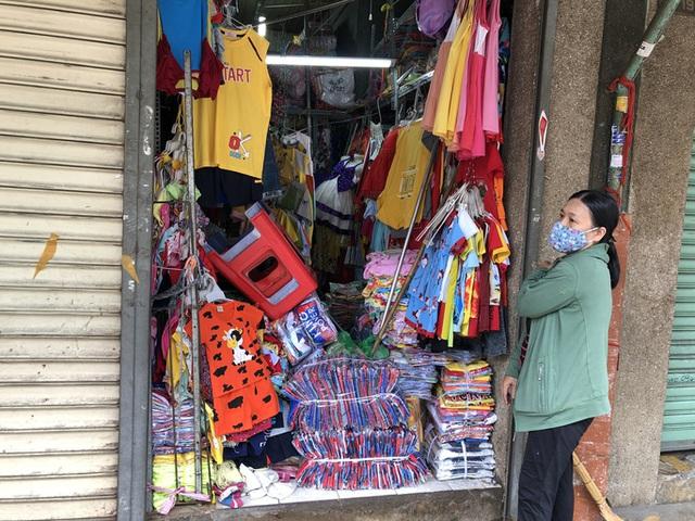 TP HCM: Các sạp chợ bán giày dép, quần áo... đồng loạt đóng cửa để chống dịch - Ảnh 4.
