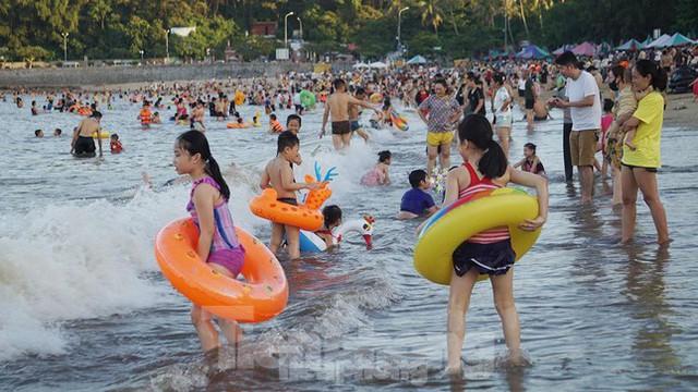 Nắng nóng kéo dài, biển Đồ Sơn chật kín người xuống tắm  - Ảnh 5.
