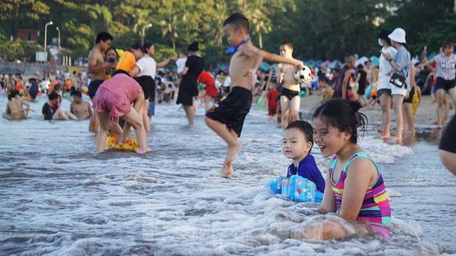 Nắng nóng kéo dài, biển Đồ Sơn chật kín người xuống tắm  - Ảnh 6.