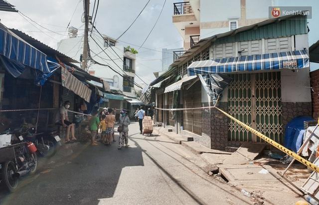 Nhiều tuyến đường ở Sài Gòn được giăng dây, lập hàng rào hạn chế để dẹp chợ tự phát - Ảnh 6.