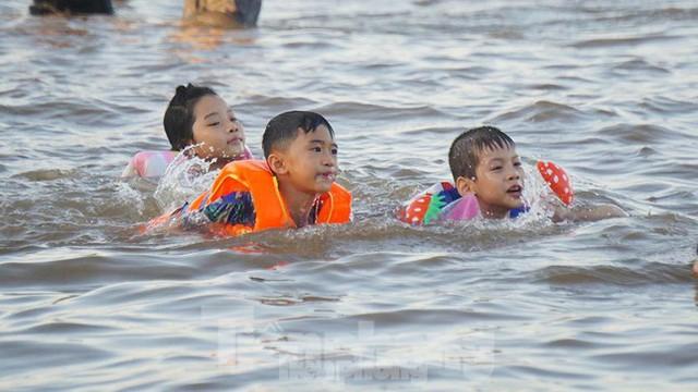 Nắng nóng kéo dài, biển Đồ Sơn chật kín người xuống tắm  - Ảnh 7.
