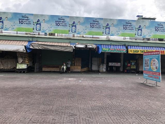 TP HCM: Các sạp chợ bán giày dép, quần áo... đồng loạt đóng cửa để chống dịch - Ảnh 7.