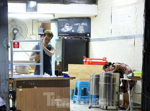 Chủ quán ăn tất bật dọn dẹp để đón khách ngay trong đêm - Ảnh 8.