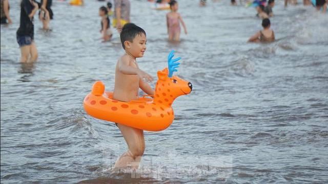 Nắng nóng kéo dài, biển Đồ Sơn chật kín người xuống tắm  - Ảnh 8.