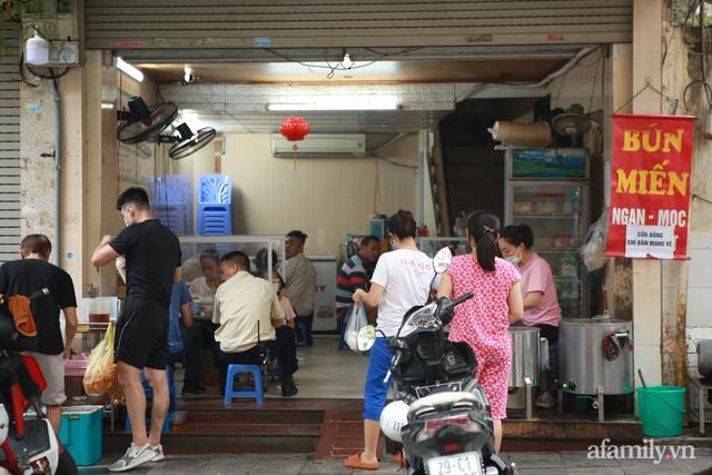 Toàn dân Hà Nội đổ bộ quán bún, phở: Vui thôi đừng vui quá, nới lỏng nhưng tuyệt đối không lơi lỏng! - Ảnh 8.