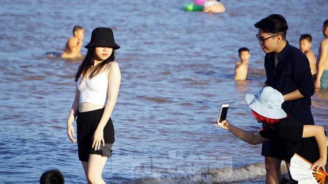 Nắng nóng kéo dài, biển Đồ Sơn chật kín người xuống tắm  - Ảnh 9.