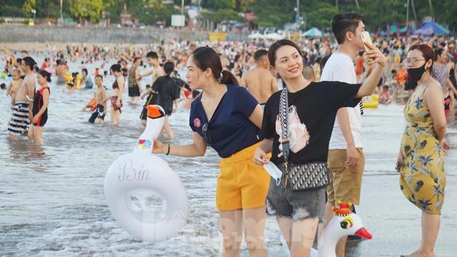 Nắng nóng kéo dài, biển Đồ Sơn chật kín người xuống tắm  - Ảnh 10.