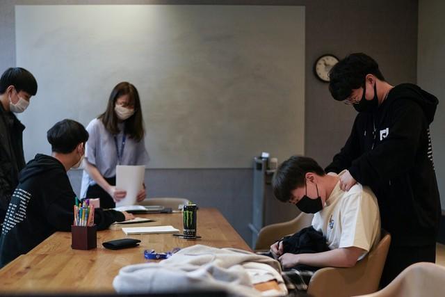 Bên trong các lò eSport ở Hàn Quốc: Học viên luyện tập 18 tiếng mỗi ngày, đào thải khắc nghiệt cho giấc mơ trở thành Faker thứ 2 - Ảnh 1.