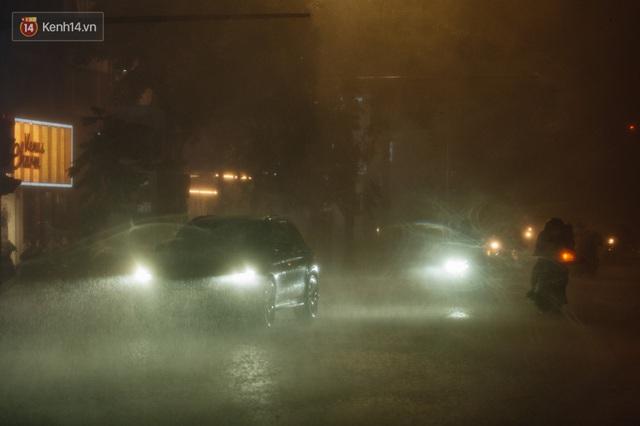 Chùm ảnh Hà Nội sau cơn mưa trắng trời: Cây đổ khắp phố phường, mất điện, người dân không kịp trở tay - Ảnh 1.