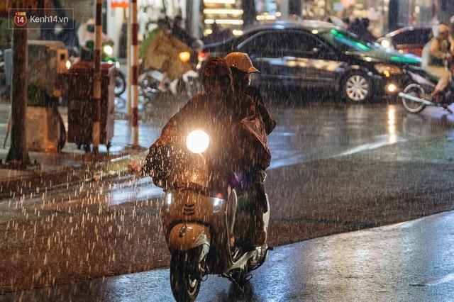 Chùm ảnh Hà Nội sau cơn mưa trắng trời: Cây đổ khắp phố phường, mất điện, người dân không kịp trở tay - Ảnh 2.