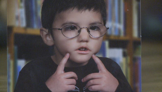 """Vừa ra đời đã bị bác sĩ vô tình làm rơi, bé trai từng được chẩn đoán """"suốt đời không thể cười"""" gây xúc động với hình ảnh sau 12 năm - Ảnh 1."""