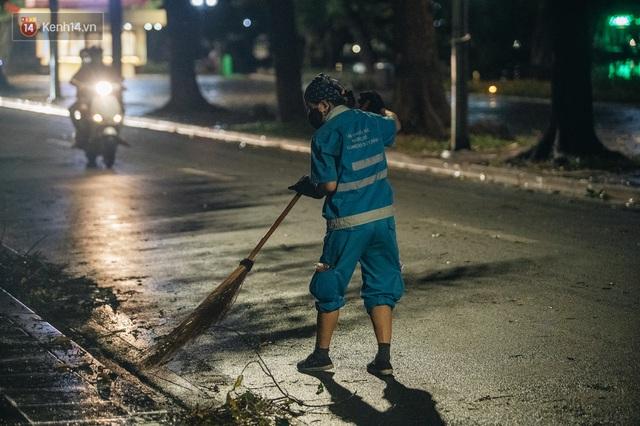 Chùm ảnh Hà Nội sau cơn mưa trắng trời: Cây đổ khắp phố phường, mất điện, người dân không kịp trở tay - Ảnh 15.