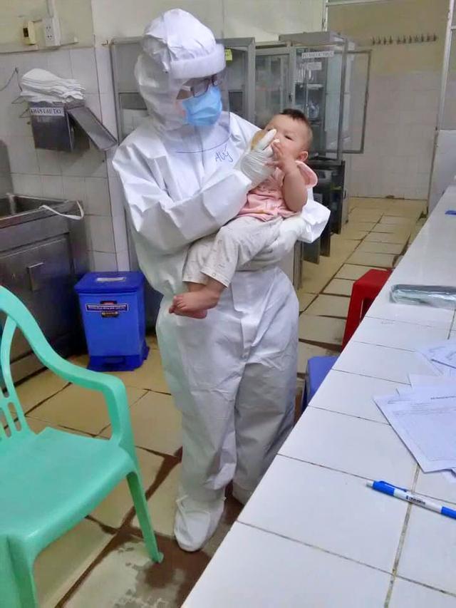 Mẹ mắc COVID-19 suy hô hấp nặng, bé gái 7 tháng tuổi được nữ bác sĩ vắt sữa chăm như con ruột - Ảnh 3.