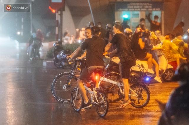 Chùm ảnh Hà Nội sau cơn mưa trắng trời: Cây đổ khắp phố phường, mất điện, người dân không kịp trở tay - Ảnh 4.
