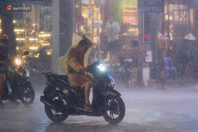 Chùm ảnh Hà Nội sau cơn mưa trắng trời: Cây đổ khắp phố phường, mất điện, người dân không kịp trở tay - Ảnh 5.