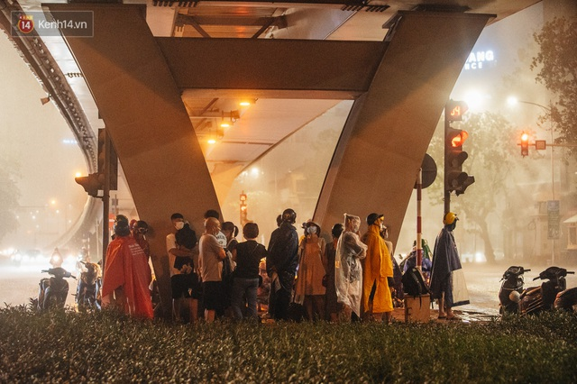 Chùm ảnh Hà Nội sau cơn mưa trắng trời: Cây đổ khắp phố phường, mất điện, người dân không kịp trở tay - Ảnh 7.