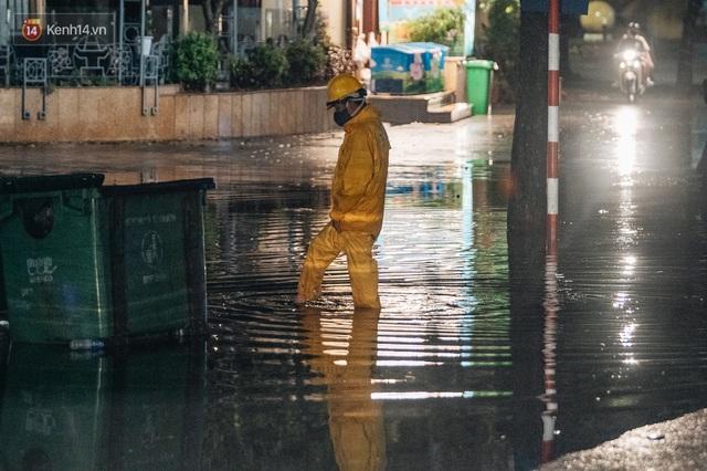 Chùm ảnh Hà Nội sau cơn mưa trắng trời: Cây đổ khắp phố phường, mất điện, người dân không kịp trở tay - Ảnh 9.