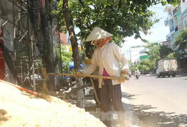 Người lao động Bình Định vật vã mưu sinh dưới nắng nóng khắc nghiệt  - Ảnh 6.