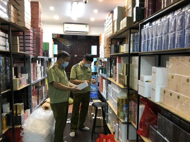 Đột kích cửa hàng ở phố cổ Hà Nội, thu giữ hàng nghìn chai nước hoa Gucci, Dolce & Gabbana, Good Girl... không rõ nguồn gốc - Ảnh 1.