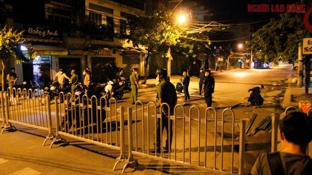 Hình ảnh nội bất xuất, ngoại bất nhập ở 6 địa điểm tại Hóc Môn đêm 25-6  - Ảnh 1.