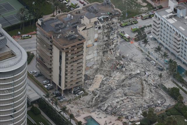 Hiện trường đổ nát vụ sập chung cư kinh hoàng ở Miami (Mỹ) - Ảnh 1.