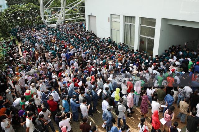 Ảnh, clip: Hơn 9.000 người tại TP HCM đến Nhà thi đấu Phú Thọ chờ tiêm vaccine Covid-19 - Ảnh 2.