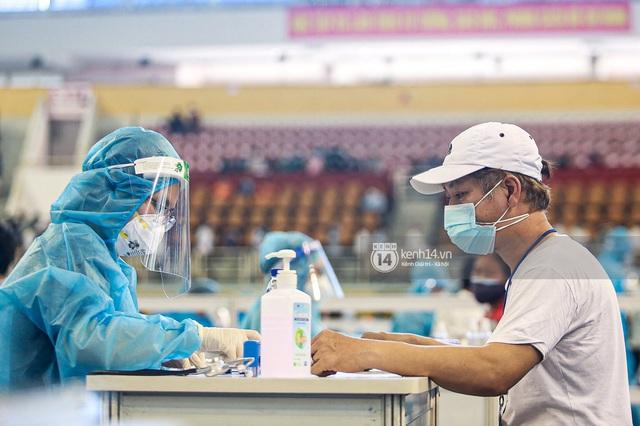 Ảnh, clip: Hơn 9.000 người tại TP HCM đến Nhà thi đấu Phú Thọ chờ tiêm vaccine Covid-19 - Ảnh 13.