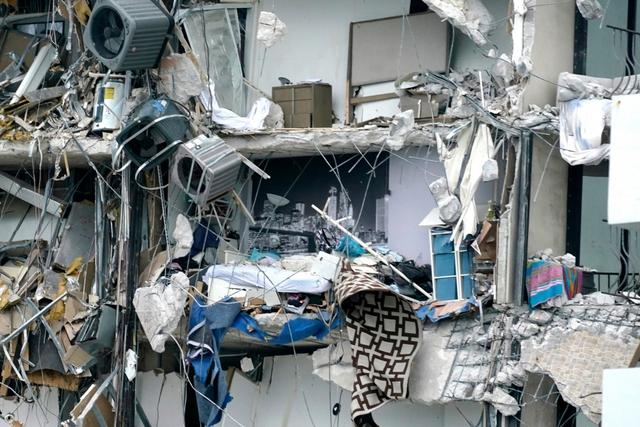 Hiện trường đổ nát vụ sập chung cư kinh hoàng ở Miami (Mỹ) - Ảnh 16.