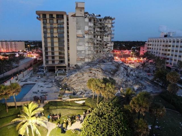 Hiện trường đổ nát vụ sập chung cư kinh hoàng ở Miami (Mỹ) - Ảnh 18.