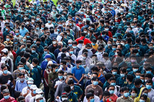 Ảnh, clip: Hơn 9.000 người tại TP HCM đến Nhà thi đấu Phú Thọ chờ tiêm vaccine Covid-19 - Ảnh 4.