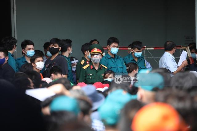 Ảnh, clip: Hơn 9.000 người tại TP HCM đến Nhà thi đấu Phú Thọ chờ tiêm vaccine Covid-19 - Ảnh 6.
