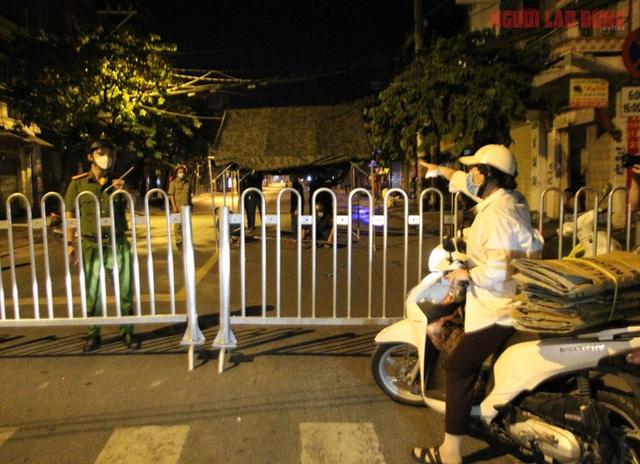 Hình ảnh nội bất xuất, ngoại bất nhập ở 6 địa điểm tại Hóc Môn đêm 25-6  - Ảnh 6.