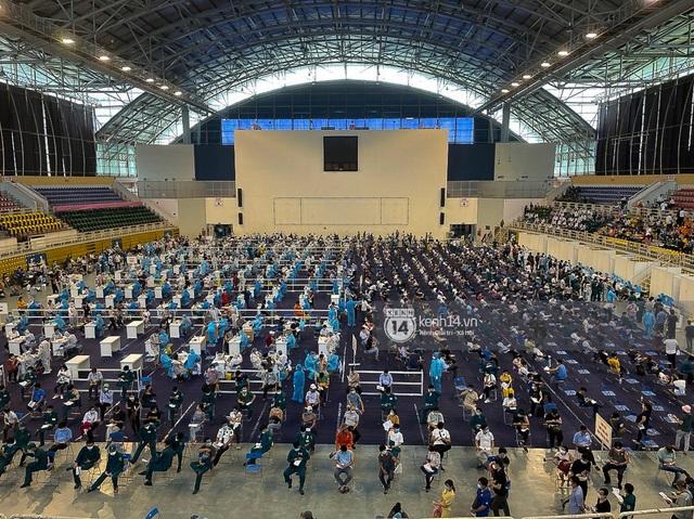 Ảnh, clip: Hơn 9.000 người tại TP HCM đến Nhà thi đấu Phú Thọ chờ tiêm vaccine Covid-19 - Ảnh 8.