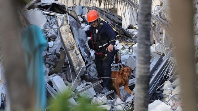 Hiện trường đổ nát vụ sập chung cư kinh hoàng ở Miami (Mỹ) - Ảnh 8.