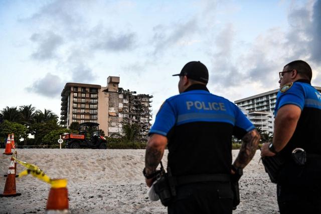 Hiện trường đổ nát vụ sập chung cư kinh hoàng ở Miami (Mỹ) - Ảnh 9.