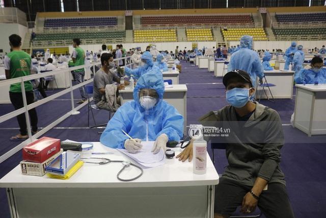 Ảnh, clip: Hơn 9.000 người tại TP HCM đến Nhà thi đấu Phú Thọ chờ tiêm vaccine Covid-19 - Ảnh 10.