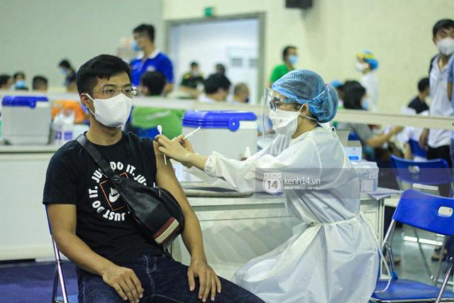 Ảnh, clip: Hơn 9.000 người tại TP HCM đến Nhà thi đấu Phú Thọ chờ tiêm vaccine Covid-19 - Ảnh 11.