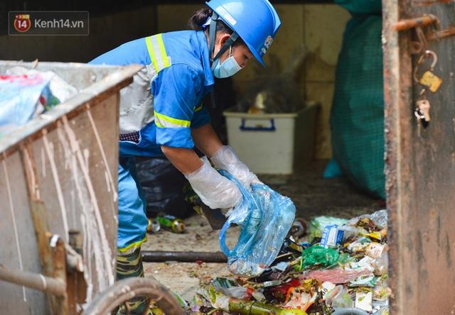 Nước mắt những công nhân thu gom rác bị nợ lương ở Hà Nội: Con nhỏ nghỉ học vì xấu hổ, người bị cụt chân mò mẫm trong rác - Ảnh 2.