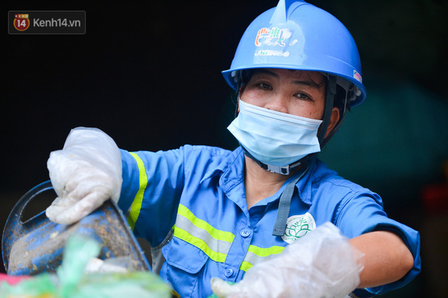 Nước mắt những công nhân thu gom rác bị nợ lương ở Hà Nội: Con nhỏ nghỉ học vì xấu hổ, người bị cụt chân mò mẫm trong rác - Ảnh 3.