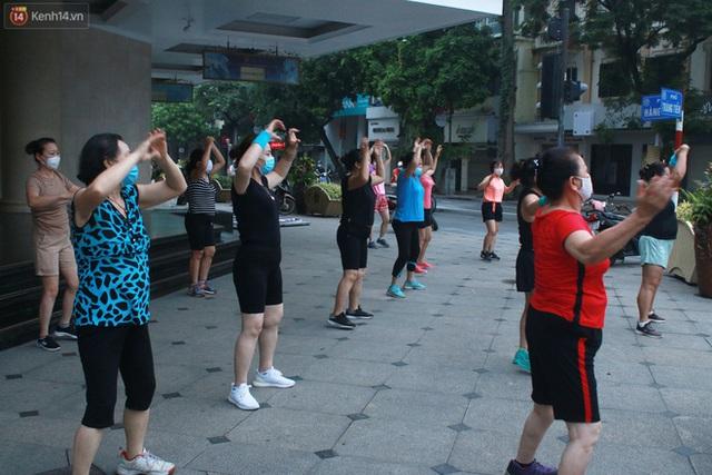 Ảnh: Người dân Thủ đô phấn khởi ra khỏi nhà từ sáng sớm để tập thể dục trở lại sau quy định mới - Ảnh 1.