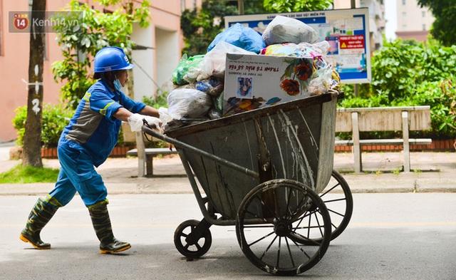 Nước mắt những công nhân thu gom rác bị nợ lương ở Hà Nội: Con nhỏ nghỉ học vì xấu hổ, người bị cụt chân mò mẫm trong rác - Ảnh 4.