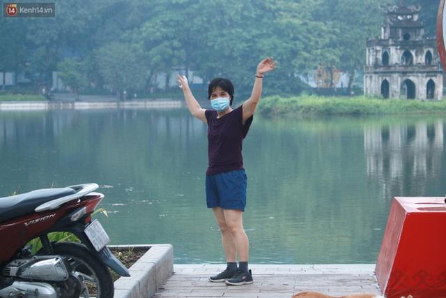 Ảnh: Người dân Thủ đô phấn khởi ra khỏi nhà từ sáng sớm để tập thể dục trở lại sau quy định mới - Ảnh 3.
