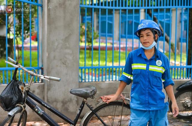 Nước mắt những công nhân thu gom rác bị nợ lương ở Hà Nội: Con nhỏ nghỉ học vì xấu hổ, người bị cụt chân mò mẫm trong rác - Ảnh 6.