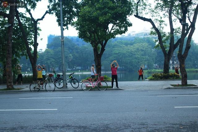 Ảnh: Người dân Thủ đô phấn khởi ra khỏi nhà từ sáng sớm để tập thể dục trở lại sau quy định mới - Ảnh 5.