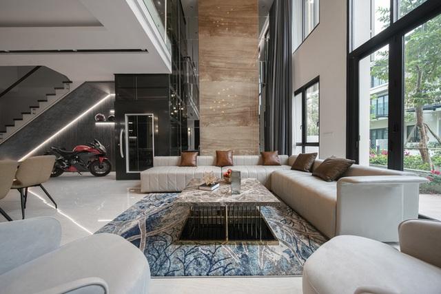 Biệt thự 4 tầng giá 25 tỷ của cặp vợ chồng Hà Nội: Nội thất toàn đồ hiệu đắt đỏ, dành hẳn 1,3 tỷ cho 1 chi tiết - Ảnh 1.