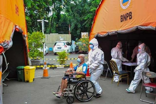 Indonesia: Bệnh nhân Covid-19 tử vong, nằm trước cửa nhà 12 giờ  - Ảnh 1.